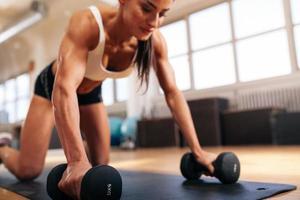 Frau, die im Fitnessstudio trainiert foto