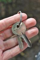 Hand hält Hausschlüssel
