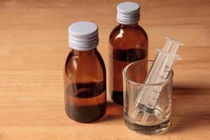 flüssiges Medikament und Spritze