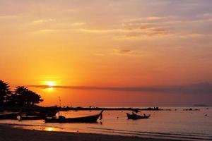 Fischerboot und Sonnenuntergang