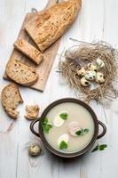 hausgemachte Suppe mit Eiern und Wurst