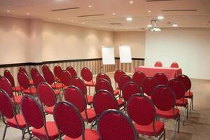 rote Stühle im Klassenzimmer foto
