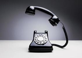 Vintage Telefon über dunklem Hintergrund foto