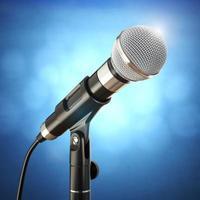 Mikrofon auf dem blauen abstrakten Hintergrund