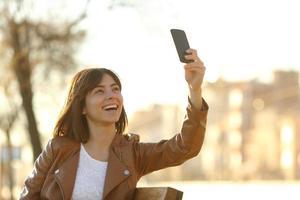 Frau, die selfie Foto mit einem smarphone im Winter nimmt