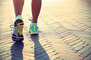 junge Fitness Frau Läufer Beine bereit für einen Neuanfang