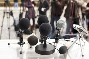 Nahaufnahme von Mikrofonen bei einer Pressekonferenz foto