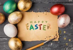 Ostereier auf Holztisch mit fröhlicher Osternschrift. Urlaub foto