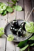 Ostereier mit Karamell und Blumen verziert foto