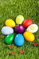 mehrfarbige Ostereier auf Gras foto