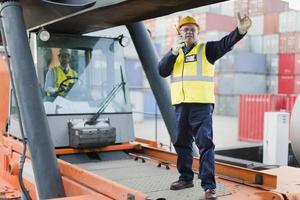 Arbeiter leiten Maschinen vor Ort foto