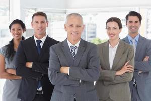 Geschäftskollegen in einer Reihe stehen foto