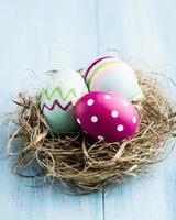 bunte Ostereier in einem Nest foto