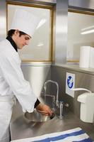 konzentrierter Koch beim Händewaschen foto