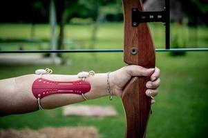 junge Frauen halten ihren Bogen zielend