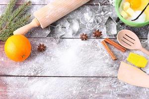 Produkte zum Backen von Kuchen auf einem Holztisch.