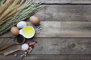 Lebensmittelzutaten, Küchenutensilien zum Kochen auf Holzrückengr foto