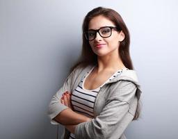 schöne erfolgreiche junge lässige Frau, die glücklich schaut
