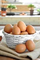 Eier in einem weißen Weidenkorb foto
