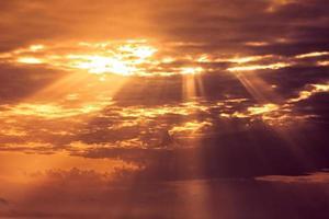 Sonnenuntergang Himmel mit Lichtstrahlen foto