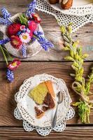 Osterkuchen, eine Tasse Kaffee und Frühlingsblumen foto