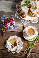 Tasse Kaffee, Osterkuchen und Frühlingsblumen foto
