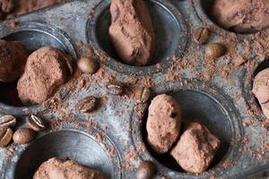 Schokoladentrüffel in ungewöhnlicher Form mit Metallbesteck foto