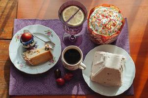 Osterfrühstück. Kuchen und Quark foto