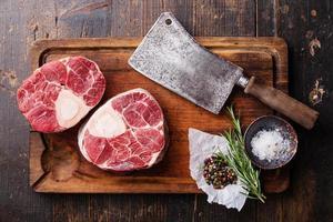 roher Kalbsschenkel zur Herstellung von Ossobuco und Fleischbeil foto