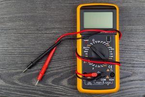 Multimeter im Büro foto