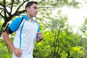 sportlich fit junger Mann joggen beim Musikhören