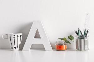 DIY Bürodekoration auf weißem Hintergrund. foto