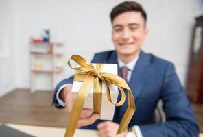 Porträt des jungen Geschäftsmannes im Amt foto
