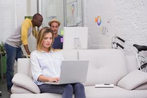 Gelegenheitskollegen bei der Arbeit im Büro foto