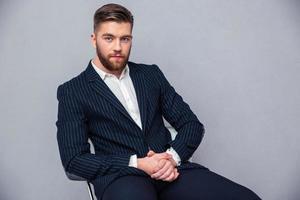 Geschäftsmann sitzt auf dem Bürostuhl foto