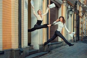 glückliches Mädchen rennt aus dem Büro. foto