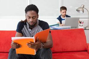 lässiger junger Mann, der Ordner im Büro liest foto