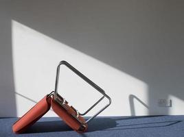 umgedrehter Bürostuhl, der Schatten auf Wand wirft foto