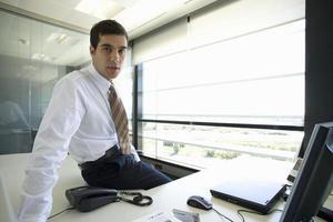 Geschäftsmann, der im Büro aufwirft foto