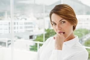 schöne Geschäftsfrau im Büro foto