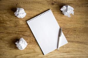 Keine Ahnung - leeres Notizbuch auf Holztisch foto