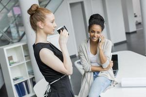junge Frauen im Büro foto