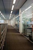 Korridor des zeitgenössischen Büros foto