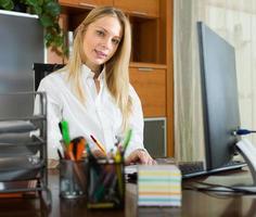 junge Geschäftsfrau im Amt foto