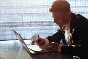 Geschäftsmann, der im Büro arbeitet foto