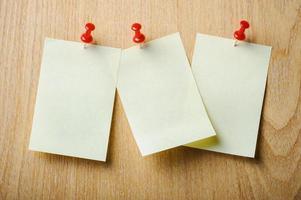 Büroaufkleber auf hölzernem Hintergrund foto