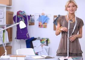 Kleidungsdesignerin bei der Arbeit in ihrem Büro foto