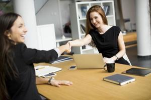 junge Frauen arbeiten im Büro foto