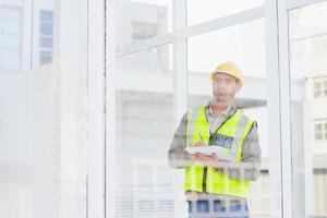 Supervisor schreibt in die Zwischenablage im Büro foto