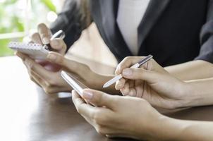 zwei Geschäftsfrauen, die in einem Büro arbeiten foto